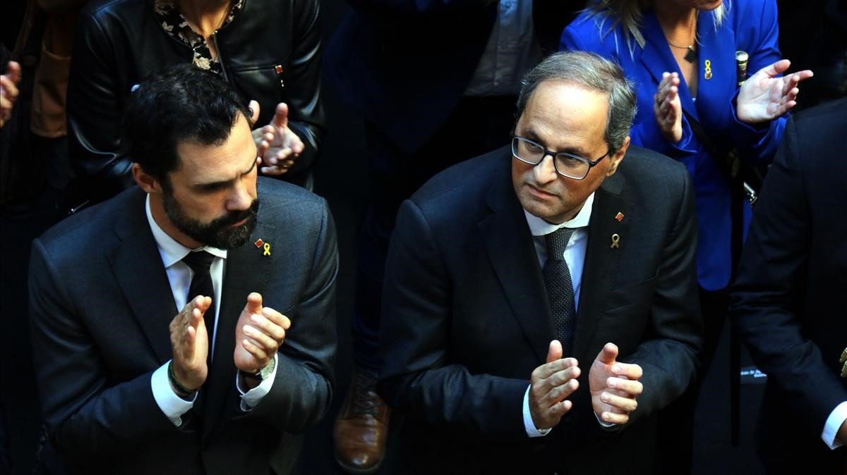 El presidente del Parlament, Roger Torrent, y el presidente de la Generalitat, Quim Torra, aplauden en el acto con los alcaldes contrarios a la sentencia del 'procés'en el Palau de la Generalitat