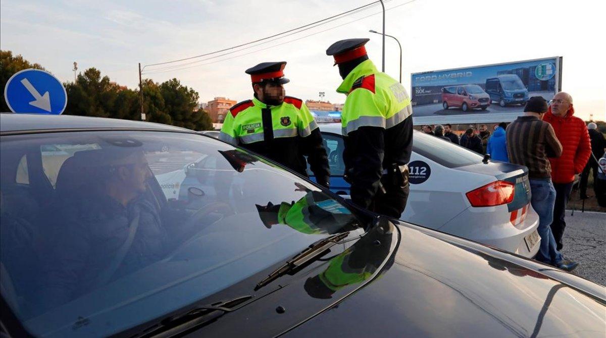 Control de Mossos d Esquadra a la entrada de la petroquimica de Tarragona.