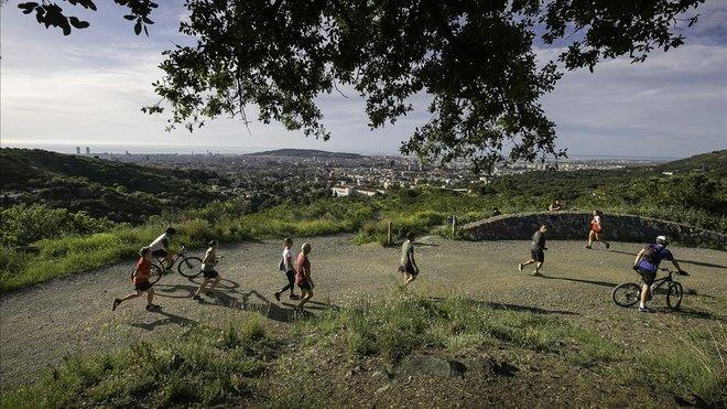 En la carretera de les Aigües hay que aprender a esquivar hordas de corredores sudorosos y bicicletas encabritadas.