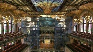 ElPalau de la Música ha levantado un enorme andamio pararestaurar y limpiar el conjunto escultórico del escenario.