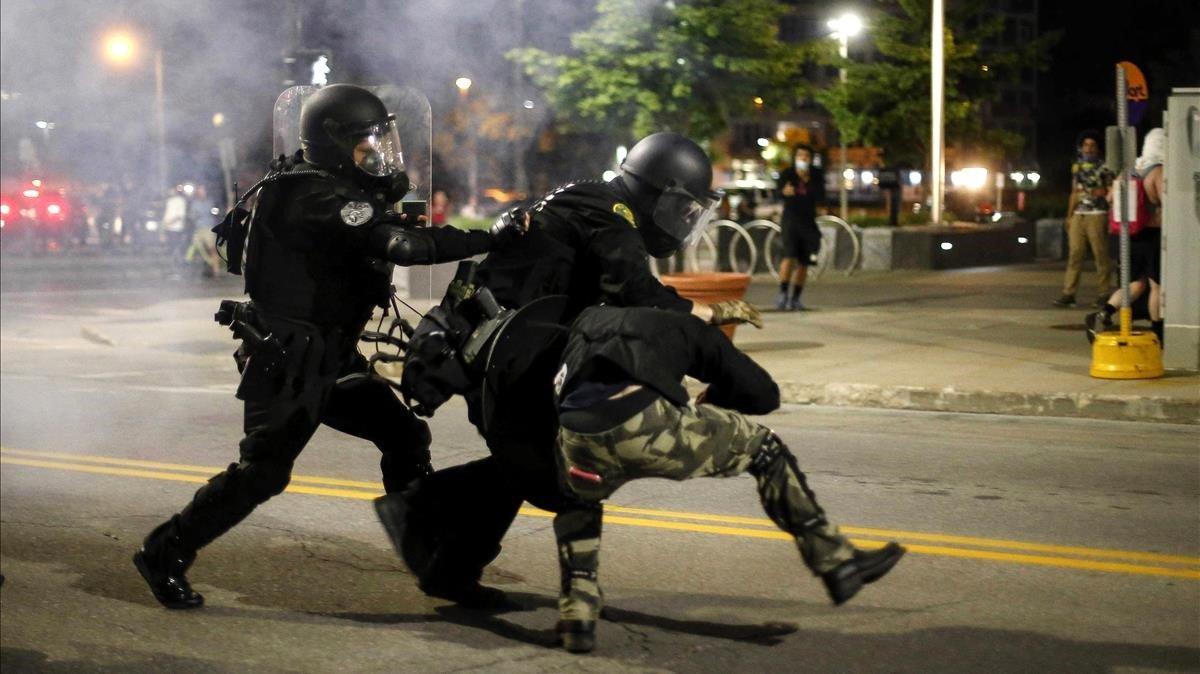 Choque policial con manifestantes en el centro de Des Moines.