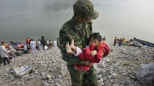 Un soldado rescata a un niño afectado por el terremoto junto a la presa de Zipingpu (2008).