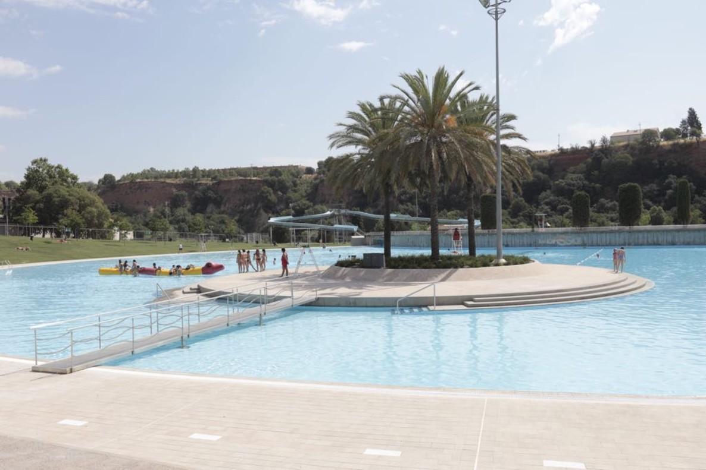 Sabadell reobre la piscina la bassa amb una festa for Piscina olimpia sabadell 2018