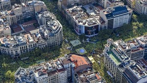 Vista aèria de la concentració de lANC per la Diada al passeig de Gràcia i Aragó.