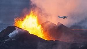 Un avión sobrevuela el volcán Bardarbunga en plena erupción, en 2014.