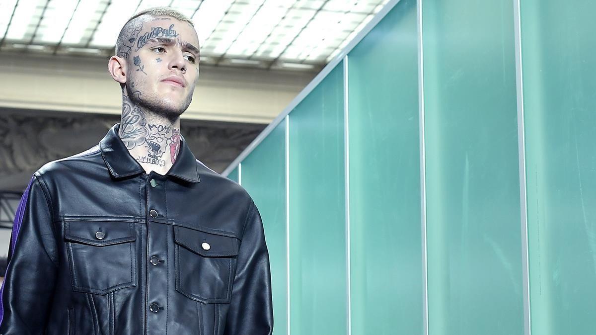 El fallecido rapero Lil Peep, durante un pase de moda en París, el pasado junio.