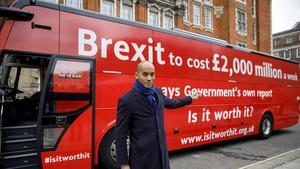 Chuka Umunna, diputado laborista, junto al autobús fletado por la nueva campaña contra el brexit, en Londres, el 21 de febrero.