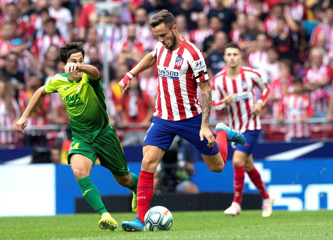 El atlético Saúl golpea un balón ante el lateral de Eibar Tejero.
