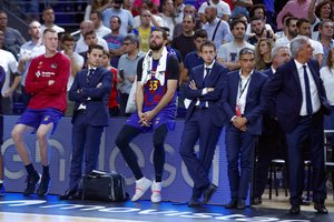 Mirotic (c) junto al cuerpo técnico del Barça después de perder la Supercopa.