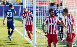 El atlético Marcos Llorente (d) celebra junto a Diego Costa el gol del 0-1 ante el Levante.