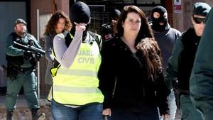 Agentes de la Guardia Civiltrasladana la activista de los Comités de Defensa de la República (CDR)detenida.