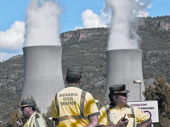Agentes de la Guardia Civil vigilan el acceso a la central nuclear de Cofrentes (Valencia).