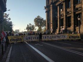 Estudiants tallen el carrer de Pau Claris de Barcelona per les taxes universitàries