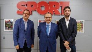 El director de EL PERIÓDICO DE CATALUNYA, Albert Sáez, y el presidente de Prensa Ibérica, Javier Moll, en el acto de sustitución del directordeSport, Ernest Folch.