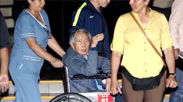 El expresidente peruano Alberto Fujimori abandona la clínica Centenario de Lima en la que estuvo internado desde hace doce días.