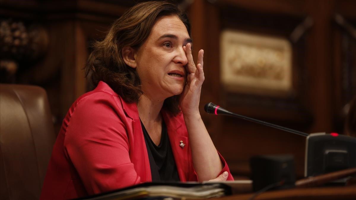 La alcaldesa Ada Colau, llorando de emoción, durante el pleno municipal.