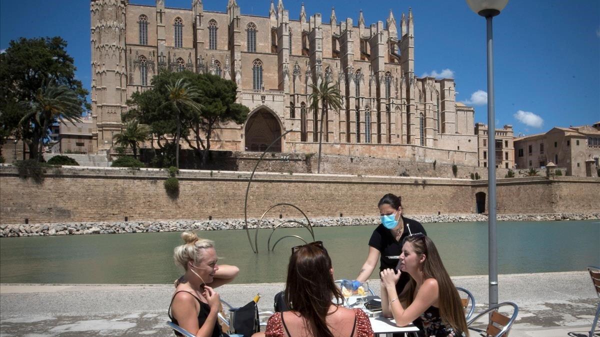 Terraza de un bar con vistas a la Catedral de Palma de Mallorca.