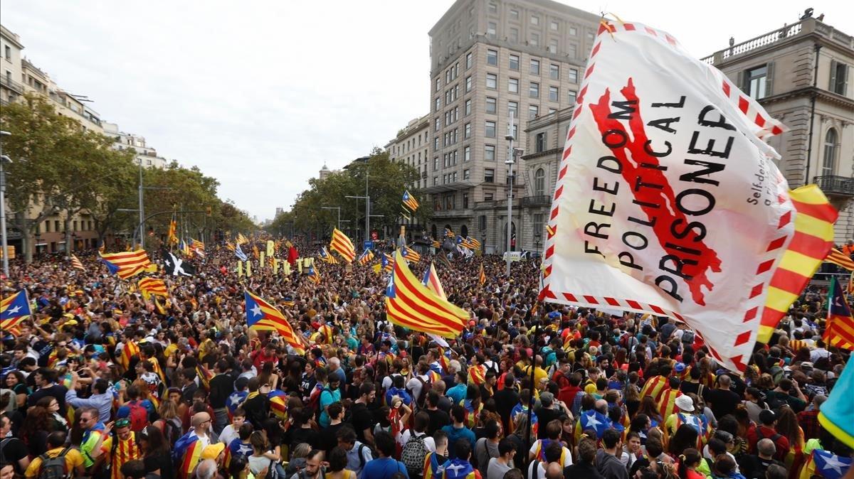 Ambiente de la manifestación en el passeig de Gràcia de Barcelona.