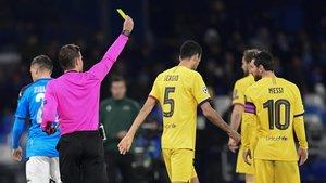 El árbitro Felix Brych amonesta a Messi en el Nápoles-Barça de los octavos de la Champions el pasado 25 de febrero.