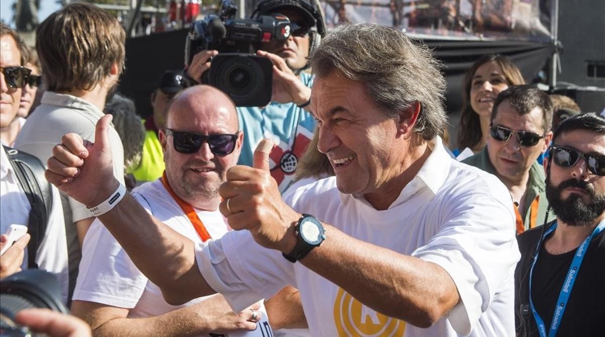 Artur Mas levanta los pulgares, en primera fila, en la manifestación del pasado 11 de septiembre en Barcelona.