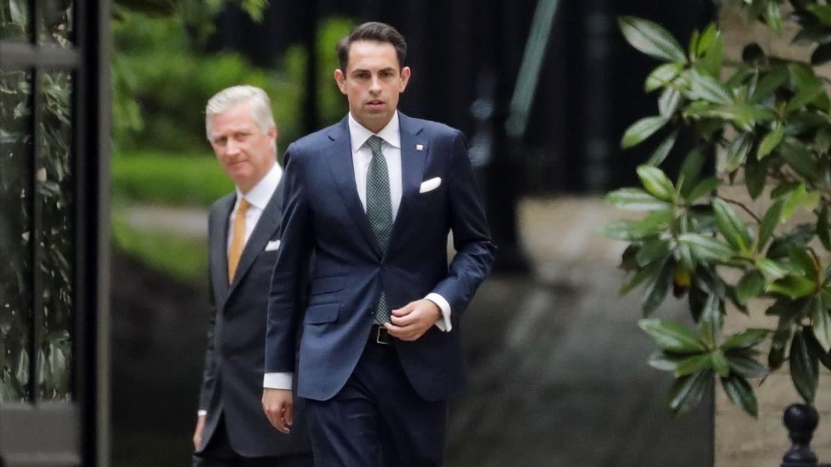 El rey Felipe de Bélgica, en segundo plano,tras recibir al presidente del partido de extrema derechaVlaams Belang, Tom Van Grieken, en primer plano de la foto.