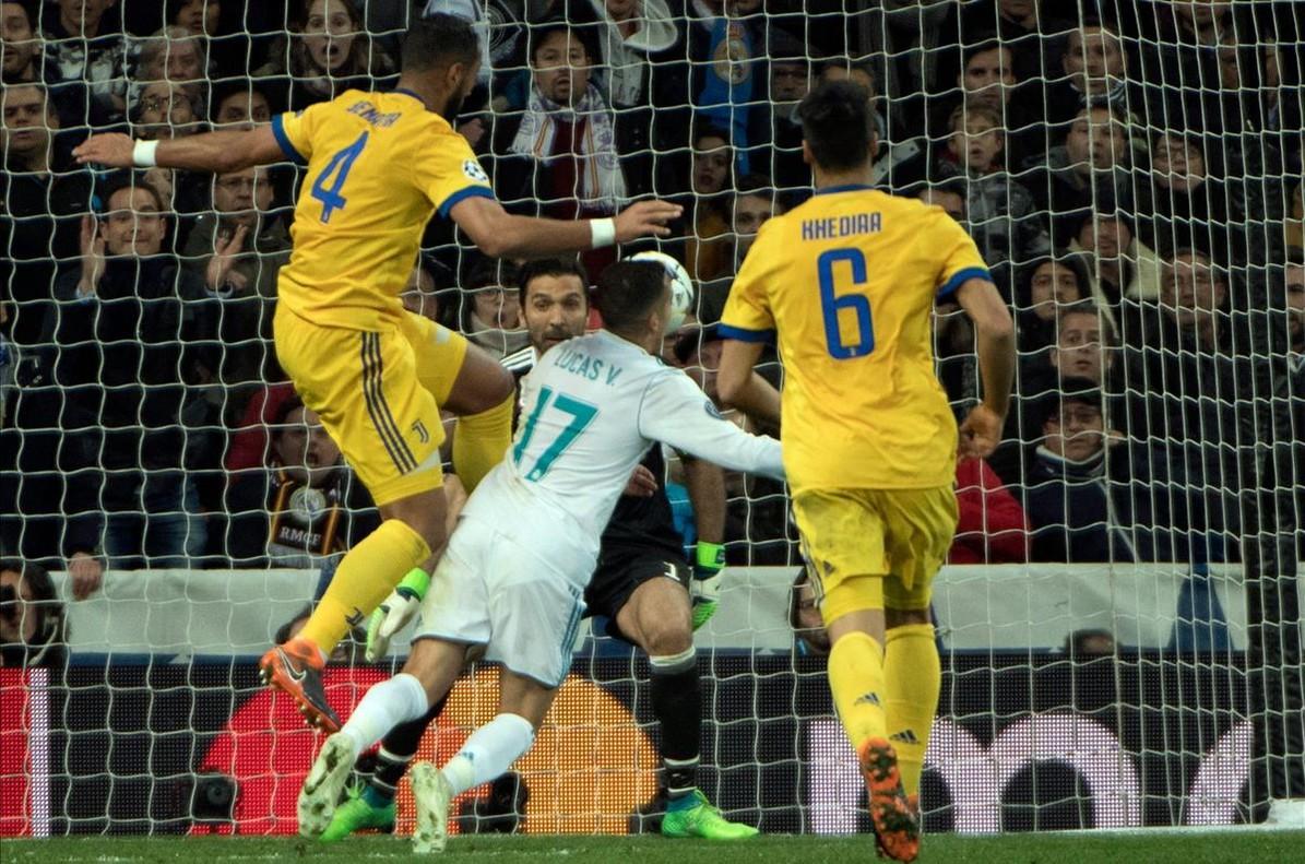 Benatia entra por detrás a Lucas en la acción del penalti.