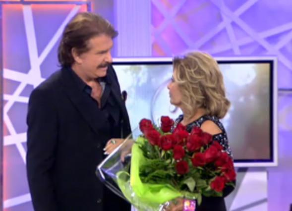 Bigote Arrocet le entrega un ramo de rosas a María Teresa Campos.