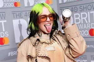 Billie Eilish, con su Brit Award a la mejor artista internacional en los Brit Awards del pasado febrero, en Londres.