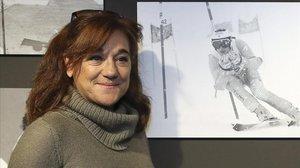 Blanca Fernández Ochoa contempla, en el 2014, una imagen suya de joven esquiando con el equipo olímpico español.