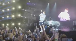 Captura de pantalla del vídeo del botellazo a Justin Bieber en el concierto de Estocolmo este pasado sábado 10 de junio.