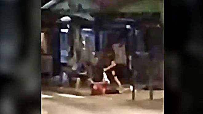 Dos jóvenes apalizan a un tercero en Collblanc (l'Hospitalet de Llobregat) usándose de unpatinete que robaron a la víctima