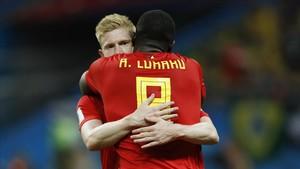 De Bruyne se abraza a Lukaku tras la victoria sobre Brasil.