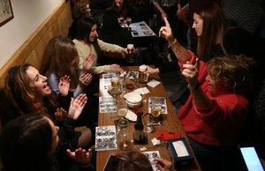 Así de animado es el ambiente del bingo musical de Buenavista Bar.