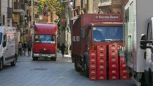 Camionetas y furgonetas cargan y descargan en el tramo peatonal de Major de Sarrià, esta mañana
