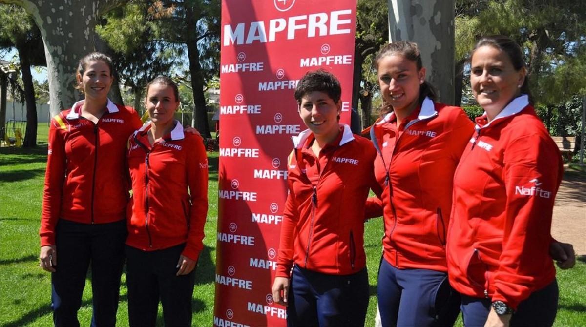 La capitana del equipo español de la Copa Federación, Conchita Martínez, posa junto a las jugadoras Garbiñe Muguruza, Anabel Medina, Carla Suárez y Sara Sorribes en las instalaciones del Club Tennis Lleida.