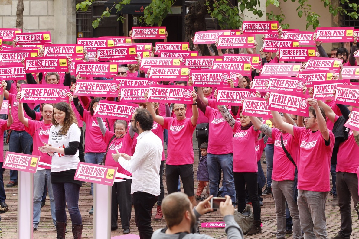 Cargos locales y dirigentes de la CUP, en un acto en favor de la desobediencia en el Fossar de les Moreres de Barcelona, el pasado sábado.