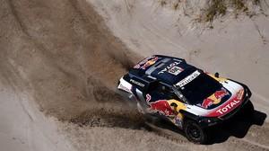 Carlos Sainz (Peugeot), lider del Dakar, en la etapa de hoy entre Belén y Chilecito, en Argentina.