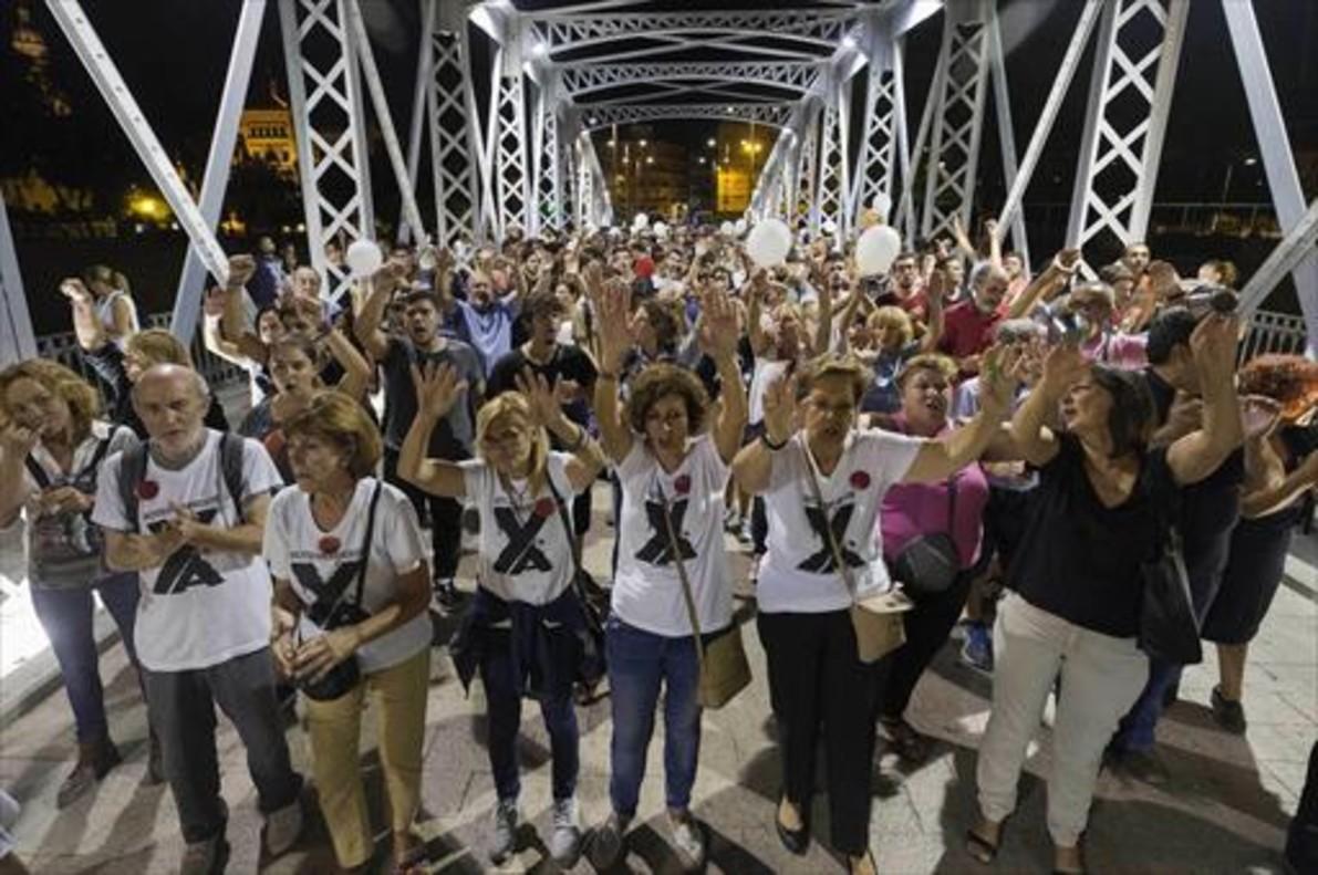Centenares de personas de manifiestan en Murcia por el soterramiento.