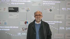 El profesor Javier Tejada, catedrático de Física de la UB, en la exposción 'Los números y la humanidad'.