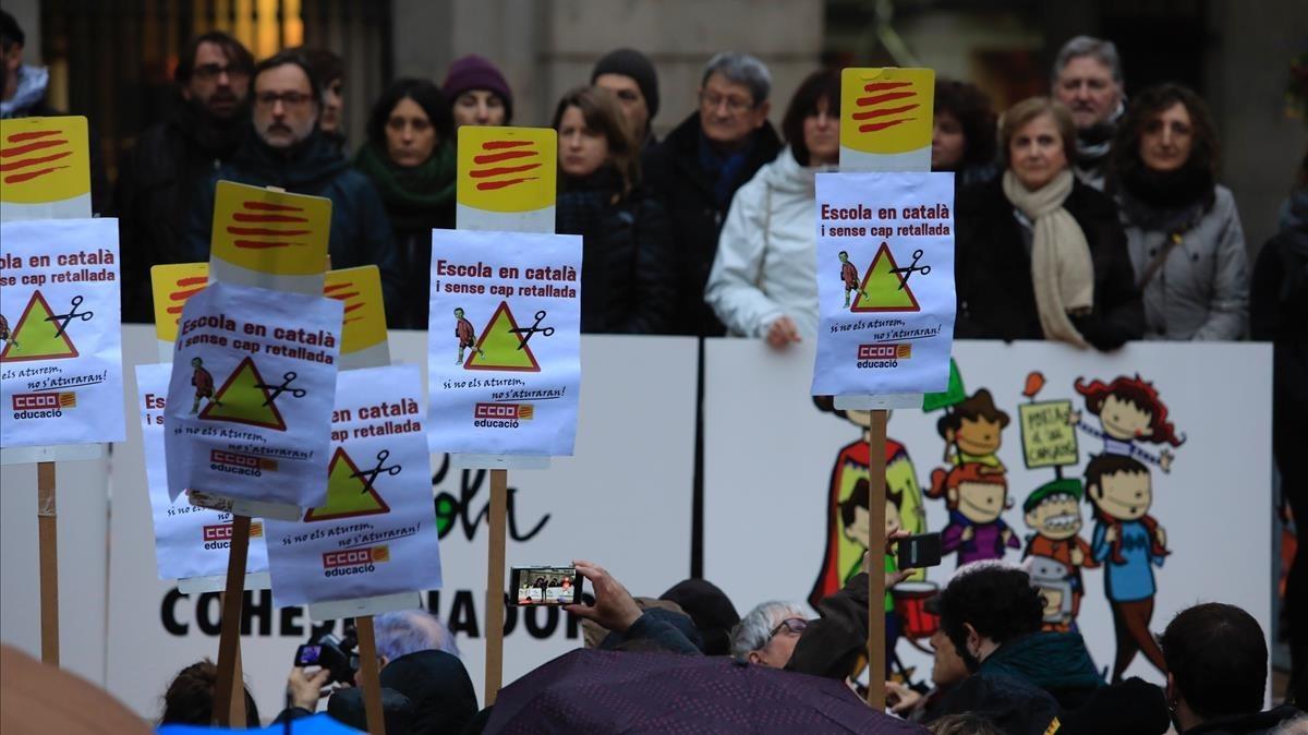 Concentracion de Som Escola este miércoles en apoyo a la inmersion linguistica en Catalunya, ante el Ayuntamiento de Barcelona.