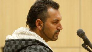 El condenado por prender fuego a su expareja, en un juicio.
