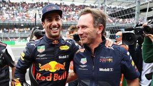 Daniel Ricciardo recibe las felicitaciones de Christian Horner tras lograr la pole.