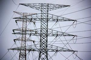 Detalle de dos torres eléctricas enSanta Coloma de Gramenet.