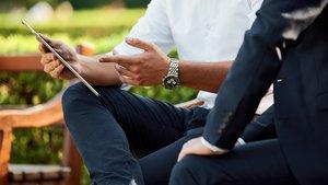 Dos ejecutivos consultan las cuentas de empresa en una tableta.