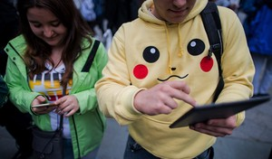 Dos jóvenes jugando a Pokémon Go.