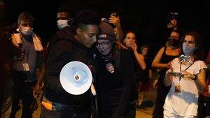 Dos manifestantes lloran en la manifestación de repulsa por los dos hombres muertos por disparos la noche del martes en Kenosha.