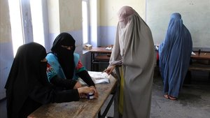 Dos mujeres afganas votan en un colegio de Kandahar, este sábado.