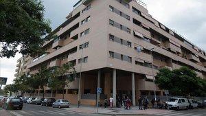 Vista general del edificio de Málaga capital en el que una niña ha muerto esta mañana tras ser lanzada por la ventana por un individuo que luego se ha arrojado al vacío.
