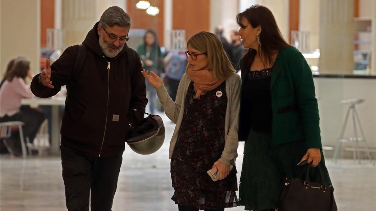 Elsa Artadi (JxCat), entre Carles Riera (CUP) y Laura Borràs (JxCat), en los pasillos del Parlament