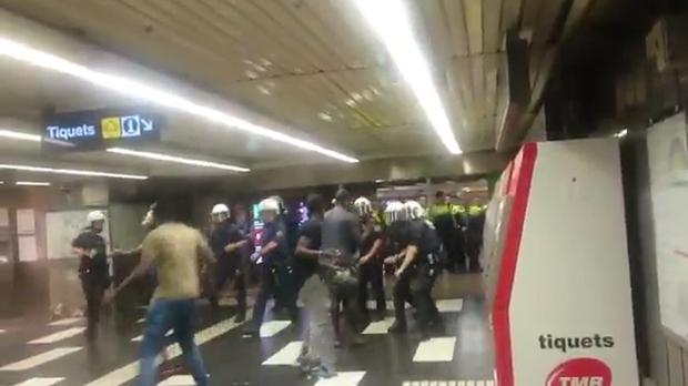 Enfrentamiento de la policía y manteros en la estación demetro de Plaça Catalunya.